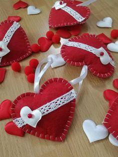 Valentine Tree, Valentine Day Crafts, Felt Christmas Ornaments, Christmas Ribbon, Heart Crafts, Heart Ornament, Valentines Day Decorations, Handmade Felt, Felt Hearts