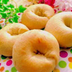 アレンジの幅が広く食べ応えのある「ベーグル」は、休日の朝ごはんやランチに持ってこい!そんなベーグル、一見難易度高めに見えますが、実はとっても簡単に作れちゃうんだとか。あまりに簡単に作れちゃうため、パン作り初心者さんや面倒くさがりさんにはとってもおすすめです。