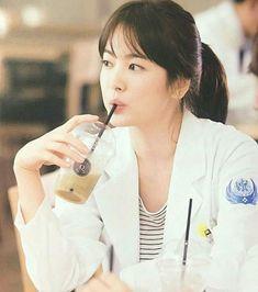 Song hye kyo as Doctor Kang Mo Yeon Korean Actresses, Korean Actors, Korean Dramas, Desendents Of The Sun, Song Hye Kyo Style, Song Joon Ki, Kim So Eun, Tv Doctors, Kdrama Actors
