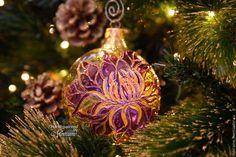 Стеклянный елочный шар `Волшебный цветок`. Витражная роспись