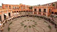 Hotéis - Quinta Real Zacatecas, México. A Plaza de Toros San Pedro, palco de grandes touradas mexicanas durante o século XIX, hoje deslumbra os visitantes com um belo hotel de luxo localizado em Zacatecas. Com 49 quartos espaçosos e um pátio lindo pátio interno, está posicionado como um dos hotéis mais inovadores da América Latina. US$ 126 a noite.
