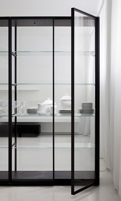 The fully glass encased Ex-libris bookcase designed by Piero Lissoni is available in unit sizes from 4 feet to feet long – rendering it an interesting alternative to a more permanent glass partition.GLASSY: A Selection Of Glass Divides Estilo Interior, Interior Desing, Interior Architecture, Interior And Exterior, Interior Styling, Mini Loft, Boffi, Glass Kitchen, Room Kitchen