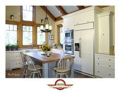 Armoire de cuisine de style campagnard d'un blanc crème avec un îlot de couleur bleu ciel