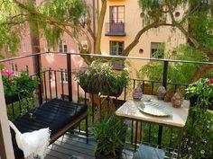 Decorating designs for small balconies. www.16Mdenver.com #16MResidences Skøn, grøn oase med lette møbler