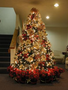 Decorating Modern Home Interior Ideas Brown And Gold Christmas Decorations Swedish Christmas Decorations Red And Gold Christmas Tree Decorating Ideas Modern Interior Home Design Ideas Best Christmas Tree Decorations, Elegant Christmas Trees, Red And Gold Christmas Tree, Christmas Tree Design, Noel Christmas, Christmas Tree Toppers, Christmas Lights, Xmas Tree, Christmas Ideas