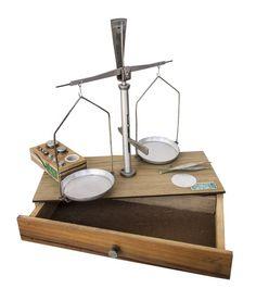 Antiga balança de precisão, completa e na caixa...