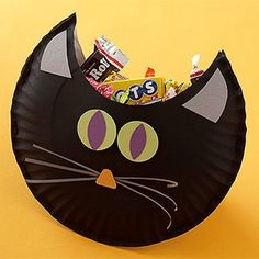 Cute black cat treat pouch.  Make with black paper plates and construction paper!