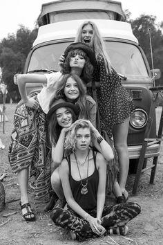 Chicas paradas frente a una camioneta