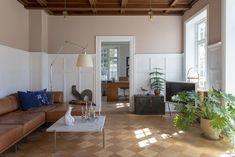 Klassiske rammer, lekkert fargevalg og stilsikre møbler skaper et spennende totalinntrykk Living Room Interior, Living Rooms, Villa, Interior Design, Inspiration, Furniture, Home Decor, Style, Beauty