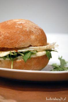 Kuchnia Bazylii: Ciepła kanapka z jajkiem, rukolą i mozzarellą