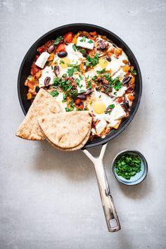 Shakshuka met feta en zwarte olijven Vegan Baby, Healty Dinner, Lunch Snacks, Paella, Hummus, Healthy Life, Side Dishes, Veggies, Feta