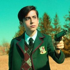 Number Five (Umbrella Academy) - A bitter, sarcastic and murderous 58 years old in a 15 year old body. Looks like a cinnamon roll, will definitely kill you. The only reasons I need to stan this adorable killing machine. Under My Umbrella, Hot Actors, Romance, Film Serie, Future Boyfriend, Cute Disney, Reaction Pictures, Cute Guys, Celebrities
