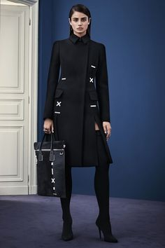 Discover the Women's Fashion Show Autumn Winter Collection by Versace. Find your favourite pieces on the Versace Official Website. Fashion Mode, Look Fashion, High Fashion, Fashion Show, Womens Fashion, Fashion Design, Fashion Trends, Winter Typ, Style Noir