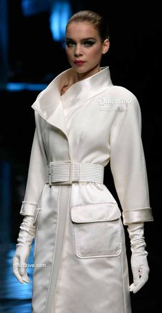 ~ A fab white wrap coat with standing collar, front patch pockets with welt flap and length sleeves. The belt adds additional sophistication along with elbow-length gloves for an elegant look. Milan Fashion Weeks, London Fashion, New York Fashion, Italian Fashion, Timeless Fashion, Missoni, Fendi, Dior, Mode Mantel