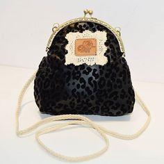 Nuevo! Bolso Pantera de piel con formas de leopardo en terciopelo consiguelo en www.myleov.es #bolsos #cluth #bolsoboquilla #claspbag #leopard  #handmade #encanto #hechoamano #diy #retro #vintage #bag #fashion