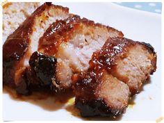 港式蜜汁叉燒自己製作一點都不難,正宗的港式蜜汁叉燒必須使用南乳,但是購買不易,使用一般的烤肉醬加上蜂蜜以及香料,一點都不輸道地的喔~