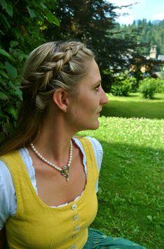 """Sommer im Ausseerland. Da tragen wir am Liebsten unsere wunderschönen Dirndln. Zu diesem schönen sonnengelben Dirndlkleid passt unsere Perlenkette """"GUNDULA"""". #dirndl #trachten #dirndlfrisur #perlenkette #perlen #trachtenschmuck Dreadlocks, Hair Styles, Beauty, Pearl Choker Necklace, Pearl Jewelry, Yellow, Silver, Nice Asses, Beleza"""