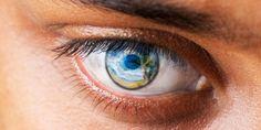 Ojo humano en el que se refleja una imagen del paraíso