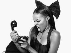 """""""Eu também mal consigo me apresentar porque estou sempre sob efeito de metanfetamina e entediada no palco"""" finalizou Azealia. Porém Rihanna divulgou uma mensagem de texto enviada pela rival e acabou mostrando o número do celular dela. Já po outro lado a rapper publicou diversas fotos e vídeos ameaçando Riri e pagou com a mesma moeda ou seja divulgando então o número do celular da morena de Barbados no Instagram. Babado!   A briga entre a rapper Azealia Banks e a cantora Rihana está mais feia…"""