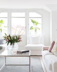 A paz que o branco traz... linda essa sala monocromática no branco 😍autoria desconhecida.  #white #paz #tranquilidade #decor #interiores #inspiration