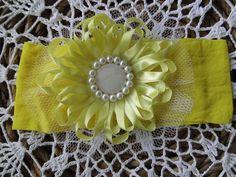 Faixa na meia de seda com flor em cetim, miolo em pérola e madre pérola com detalhe em tule branco. R$ 21,00