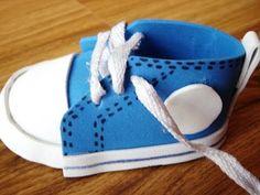 Como fazer um mini tênis de chaveiro em EVA para chá de bebê - YouTube