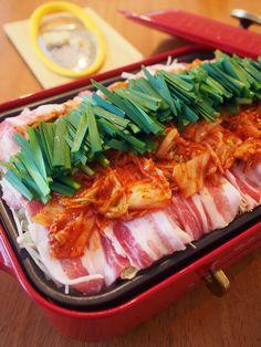 たっぷり野菜と豚肉、キムチをこんもり盛って、めんつゆで蒸すお手軽レシピ。仕上げにパルミジャーノ・レッジャーノをたっぷり削って、華やかな香りとコクをプラス。〆は焼うどんで。 Healthy Soup Recipes, Cooking Recipes, Delicious Recipes, Yummy Eats, Yummy Food, My Sushi, Asian Recipes, Ethnic Recipes, Food Plating