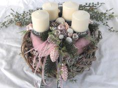 **Edler Adventskranz in Pastellrosa - Weiß** Aufwendig gearbeiteter Adventskranz bestehend aus zwei Kränzen. Ein grau gekalkter Weidenkranz dient als Unterlage für den Adventskranz. Darauf...