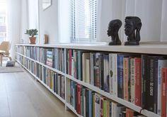 Een lange lage boekenkast voor de radiatoren. Mooi optie om jouw radiatoren weg te werken. Book Corners, Utrecht, Home Goods, Bookcase, Sweet Home, Castle, Gallery Wall, Shelves, Interior Design