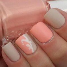 uñas color coral pastel