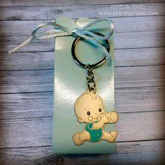 llavero con cajita azul y peladillas, detalles de bautizo, nacimientos, baby shower