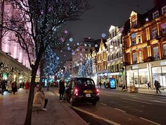 oxford street durante o natal em londres Holiday Weather, Oxford, City Scene, Christmas Wallpaper, London England, Trip Planning, My Dream, Brazil, United Kingdom