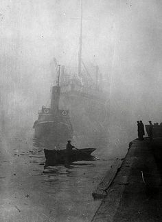 Tugboat towing a boat on a foggy morning in 1931. River Thames. London Pride, Old London, Vintage Photography, Street Photography, Foggy Morning, High Resolution Wallpapers, Tumblr, Great Shots, Art Pages