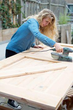 Hoe maak je een schuifdeur (voor minder dan €50) | A Cup of Life Making Barn Doors, Pallet Crafts, Wooden Projects, Diy Interior, Windows And Doors, Sliding Doors, Diy Furniture, Diy Home Decor, Sweet Home