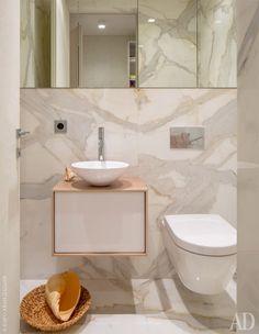 Отделка гостевого санузла выдержана в максимально светлых тонах, что позволяет визуально раздвинуть границы помещения.