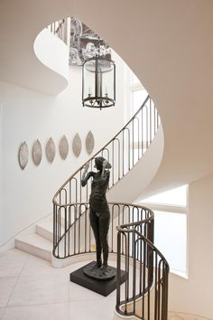 Tour an Art Collector's Home in San Francisco Curved Staircase, Grand Staircase, White Staircase, Railing Design, Staircase Design, Residential Interior Design, Interior Architecture, Design Studio, House Design