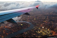 Lufthansa Airbus on a final for London-Heathrow (LHR) with a splendid unobstructed view of Canary Wharf & the Thames River at dusk. Airplane Window, Airplane View, Airplane Travel, Eagle Eye, River Thames, Aircraft Pictures, Aviation, Sky, World
