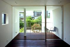 部屋と連続したテラスは庭を見下ろせる位置に