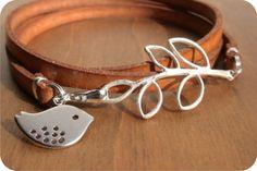 pulseira de couro com passarinho