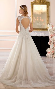 This keyhole back princess wedding dress from Stella York is a traditional bride's dream gown! Lace and tulle over Royal organza in a modified A-line silhouette creates a magical moment when twinkl… Stella York, Used Wedding Dresses, Bridal Dresses, Wedding Gowns, Princess Ball Gowns, Princess Wedding Dresses, 2017 Bridal, Ball Dresses, Prom Dresses