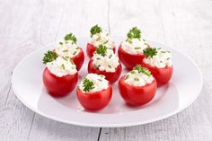 I have a million cherry tomatoes in the garden, these look delicious! Creamy Feta and Cucumber-Stuffed Cherry Tomatoes Bite Size Appetizers, Healthy Appetizers, Healthy Snacks, Healthy Eating, Healthy Recipes, Tapas, Ww Recipes, Cooking Recipes, Cooking Chef