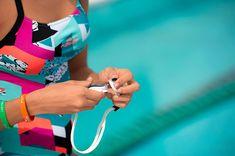 ¡Bomba va! No hará falta que te sujetes las gafas de natación tracks de Arena gracias a su diseño hidrodinámico que hace que no las pierdas cuando te tiras al agua y ofrece una gran estabilidad. #Swim #Deporte #Decathlon Decathlon, Swimming, Beach, Stability, Eyeglasses, Sports, Swim