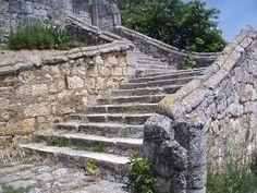 Escalera de acceso a la iglesia de Fontioso