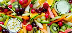 Frukt- og grøntfat med dipp | Lises blogg Summer Salads With Fruit, Colorful Fruit, Frisk, Kiwi, Fruit Salad, Protein, Easy Meals, Dinner Recipes, Brunch