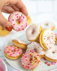 Mini Donuts – in Baby Form – für Klein und Groß! Mini Donuts, Doughnut, Donut Form, Mole, Finger Foods, Food And Drink, Cupcakes, Desserts, Pains