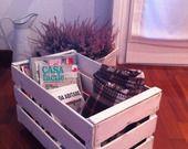 Porta riviste in legno con rotelle finitura bianca shabby chic : Mobili e contenitori di happinessishomemade