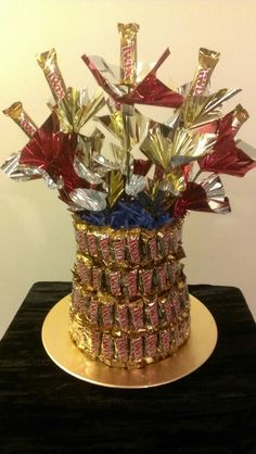 Twix Candy Bar Cake Copeland JENNY, I like how we could make a couple of different candy cakes and make each one a different type of candy bar. Edible Crafts, Food Crafts, Birthday Candy, Cake Birthday, Cute Gifts, Diy Gifts, Twix Cake, Candy Bar Bouquet, Candy Arrangements