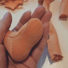 Jeder hat ja so seinen Lieblingsschritt in der #puppenmacherei... Meiner ist der, wenn meine #naturlinge ihre Füße bekommen
