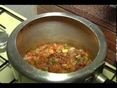 Arroz com Linguiça na Panela de Pressão Food Videos, Carne, Cooker, Chili, Bacon, Recipies, Food And Drink, Soup, Roasts