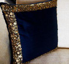 Almohada en color azul marino y oro lentejuelas en el arte de la seda con detalle de tira de lentejuelas. Este elegante almohadilla decorativa es intrincado moldeada en granos para formar un patrón oro real que crea una instrucción deslumbrante y lentejuelas de oro de tamaño y forma diferente.  Datos de -INSERTAR NO INCLUIDO. Este listado es para una almohada cubierta sólo -Mismo dupioni arte (imitación) tela de seda a ambos lados -Respaldado por la guarnición del algodón -Cierre de…